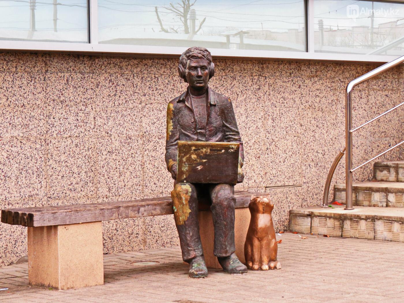 У скульптуры человека с ноутбуком на ул. Утеген батыра украли гаджет, фото-6