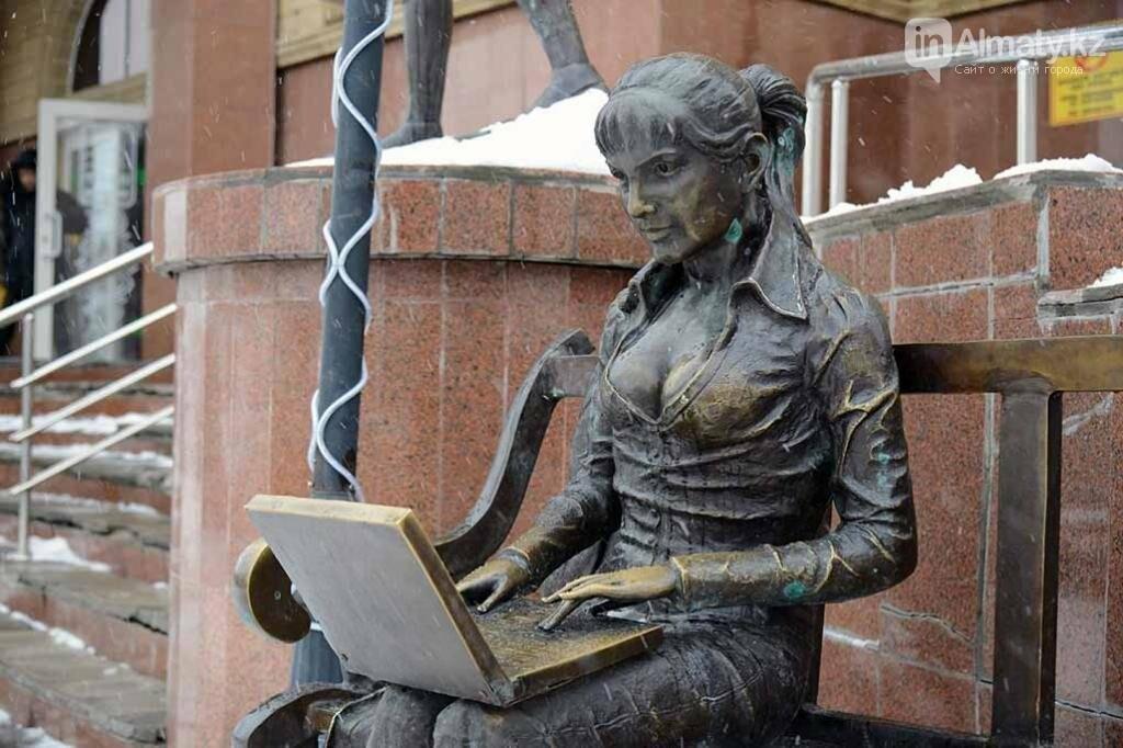 У скульптуры человека с ноутбуком на ул. Утеген батыра украли гаджет, фото-3