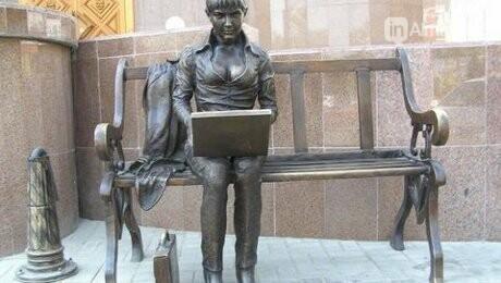 У скульптуры человека с ноутбуком на ул. Утеген батыра украли гаджет, фото-2
