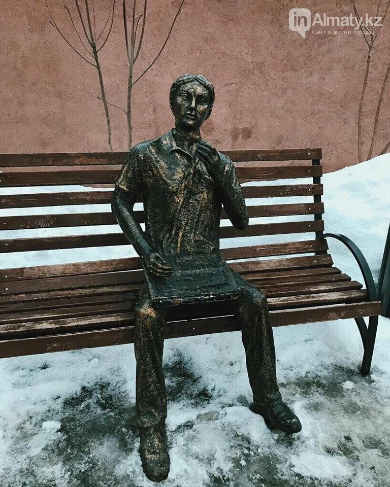 У скульптуры человека с ноутбуком на ул. Утеген батыра украли гаджет, фото-1