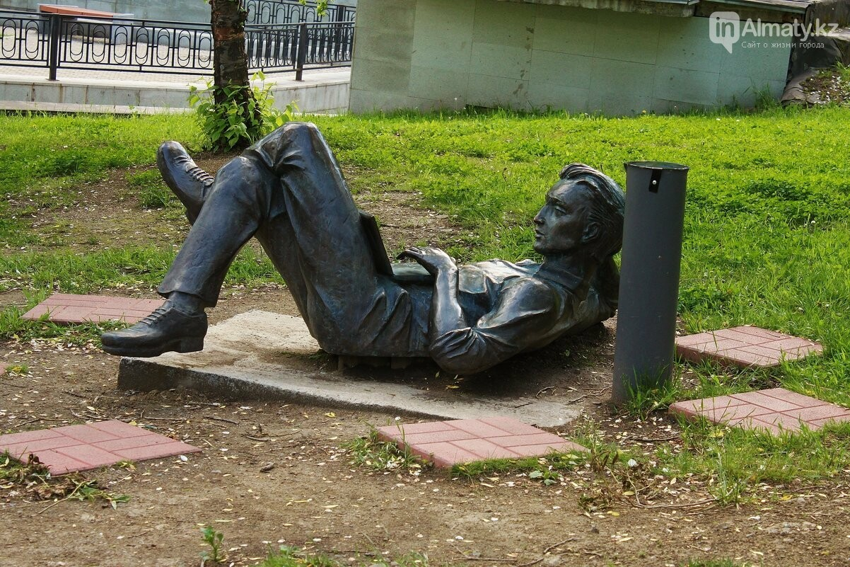 У скульптуры человека с ноутбуком на ул. Утеген батыра украли гаджет, фото-7
