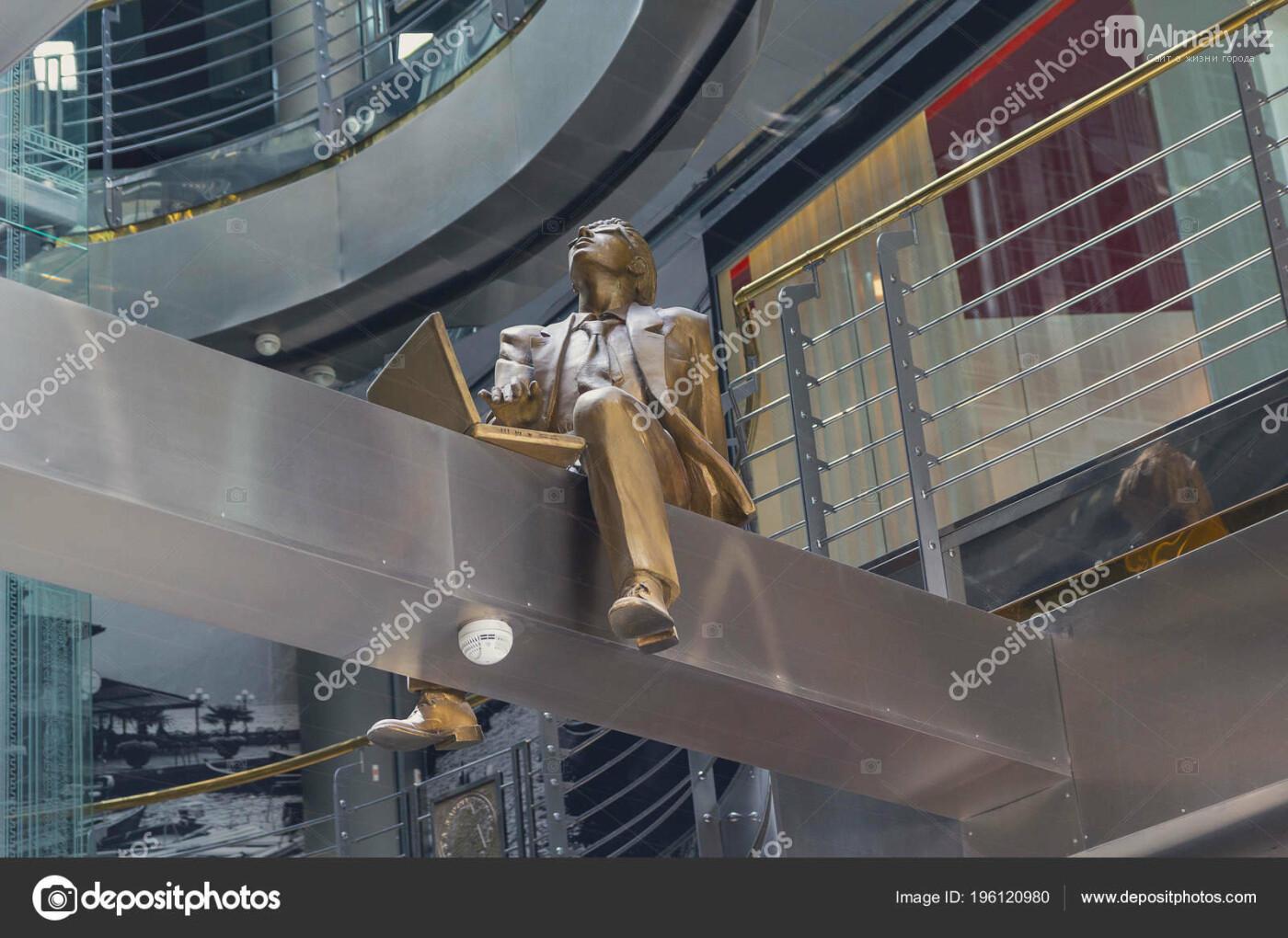 У скульптуры человека с ноутбуком на ул. Утеген батыра украли гаджет, фото-8