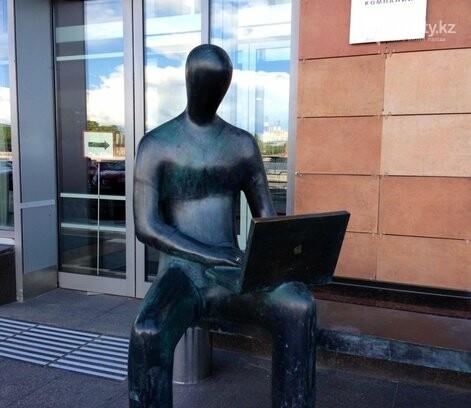 У скульптуры человека с ноутбуком на ул. Утеген батыра украли гаджет, фото-5