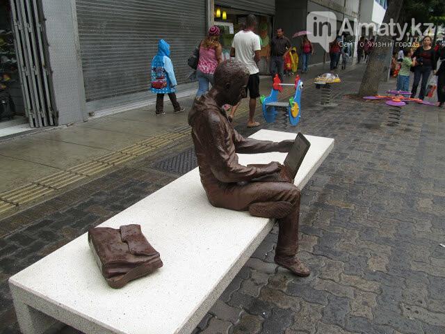 У скульптуры человека с ноутбуком на ул. Утеген батыра украли гаджет, фото-4