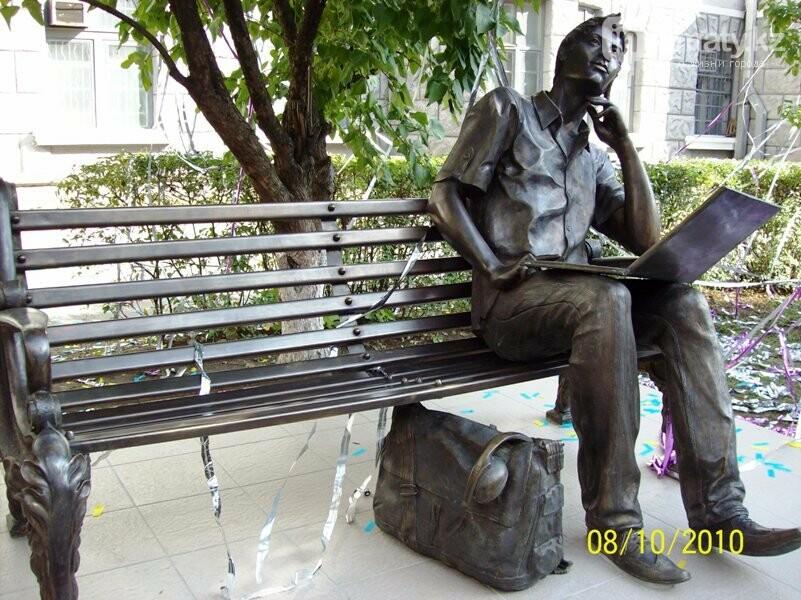 У скульптуры человека с ноутбуком на ул. Утеген батыра украли гаджет, фото-9