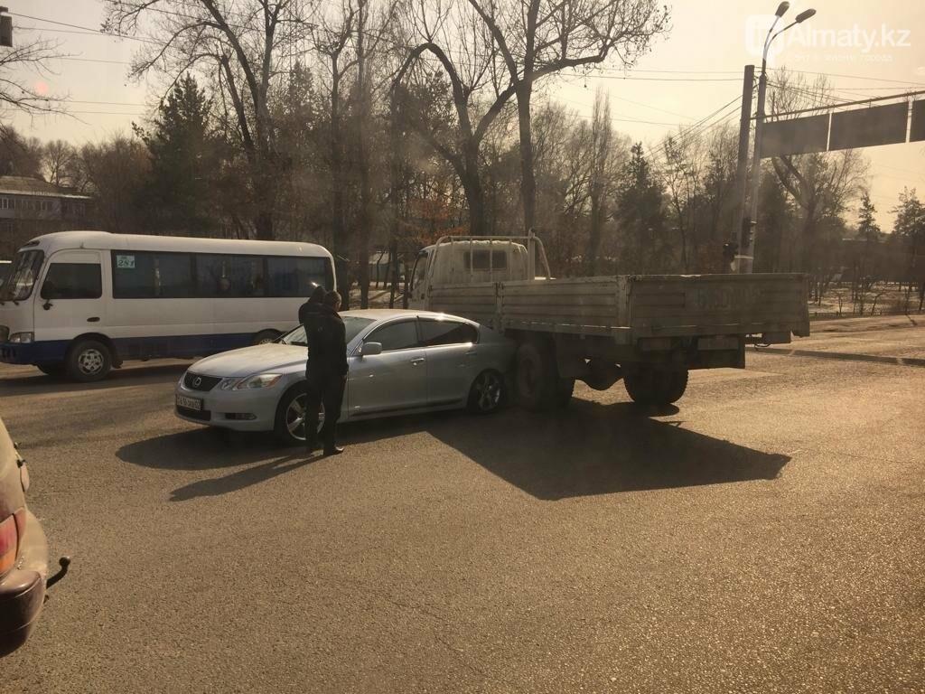 "Lexus ""залез"" под грузовик в Алматы, фото-3"