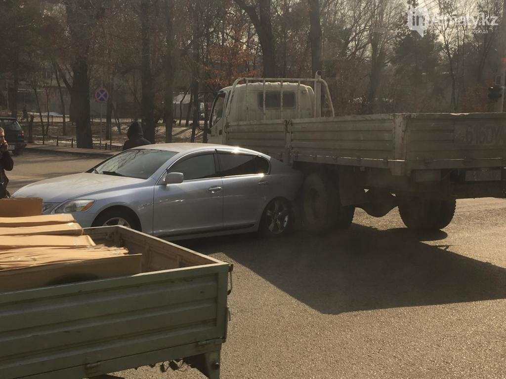 "Lexus ""залез"" под грузовик в Алматы, фото-2"