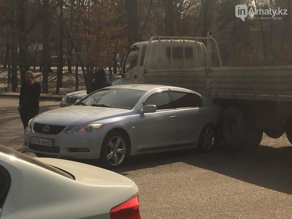 "Lexus ""залез"" под грузовик в Алматы, фото-1"