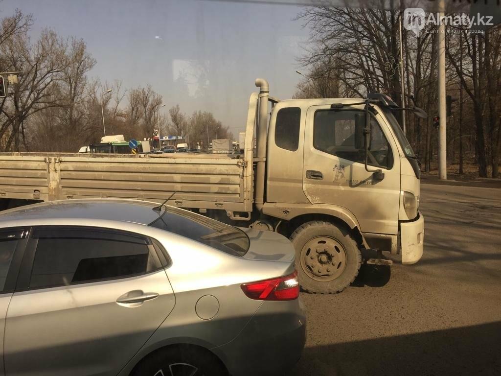 "Lexus ""залез"" под грузовик в Алматы, фото-4"
