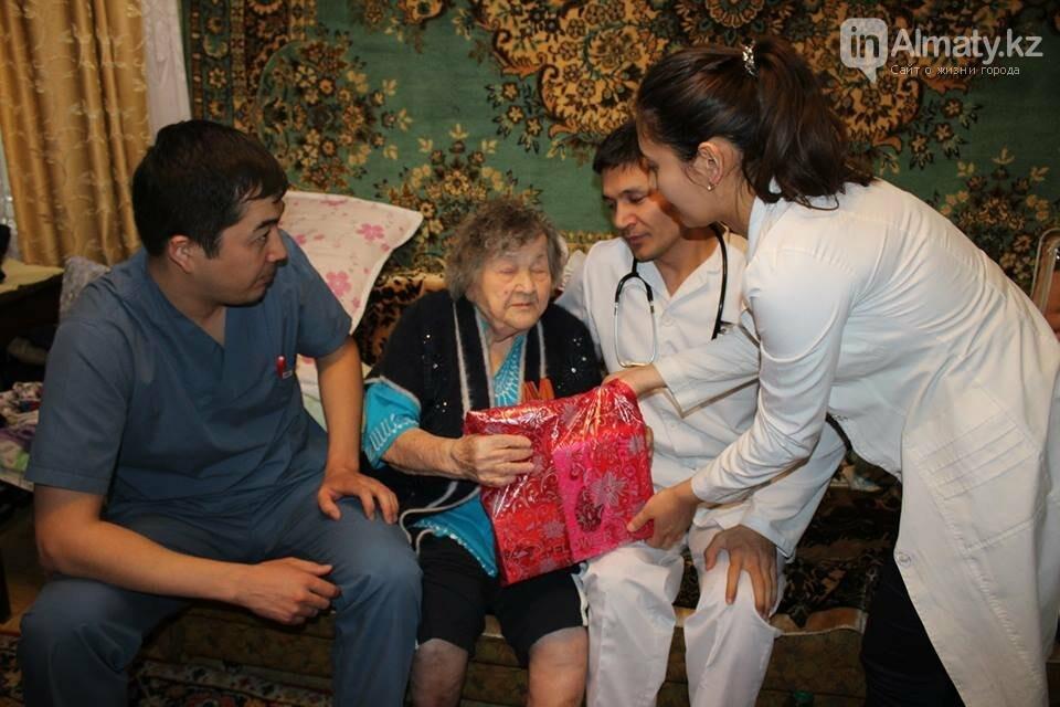Алматинские врачи обследовали ветеранов на дому (ФОТО), фото-9