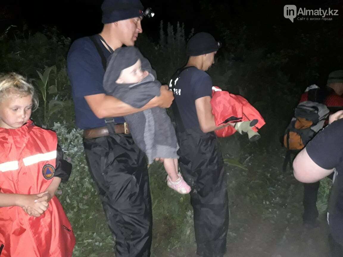 Спасатели вытащили четырех детей и двух взрослых из застрявшего автомобиля в горах Алматы, фото-1