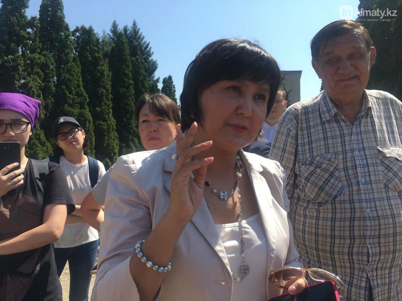 Перекидывали мусор: часть ботанического сада Алматы оградят 3-х метровым забором (фото), фото-1