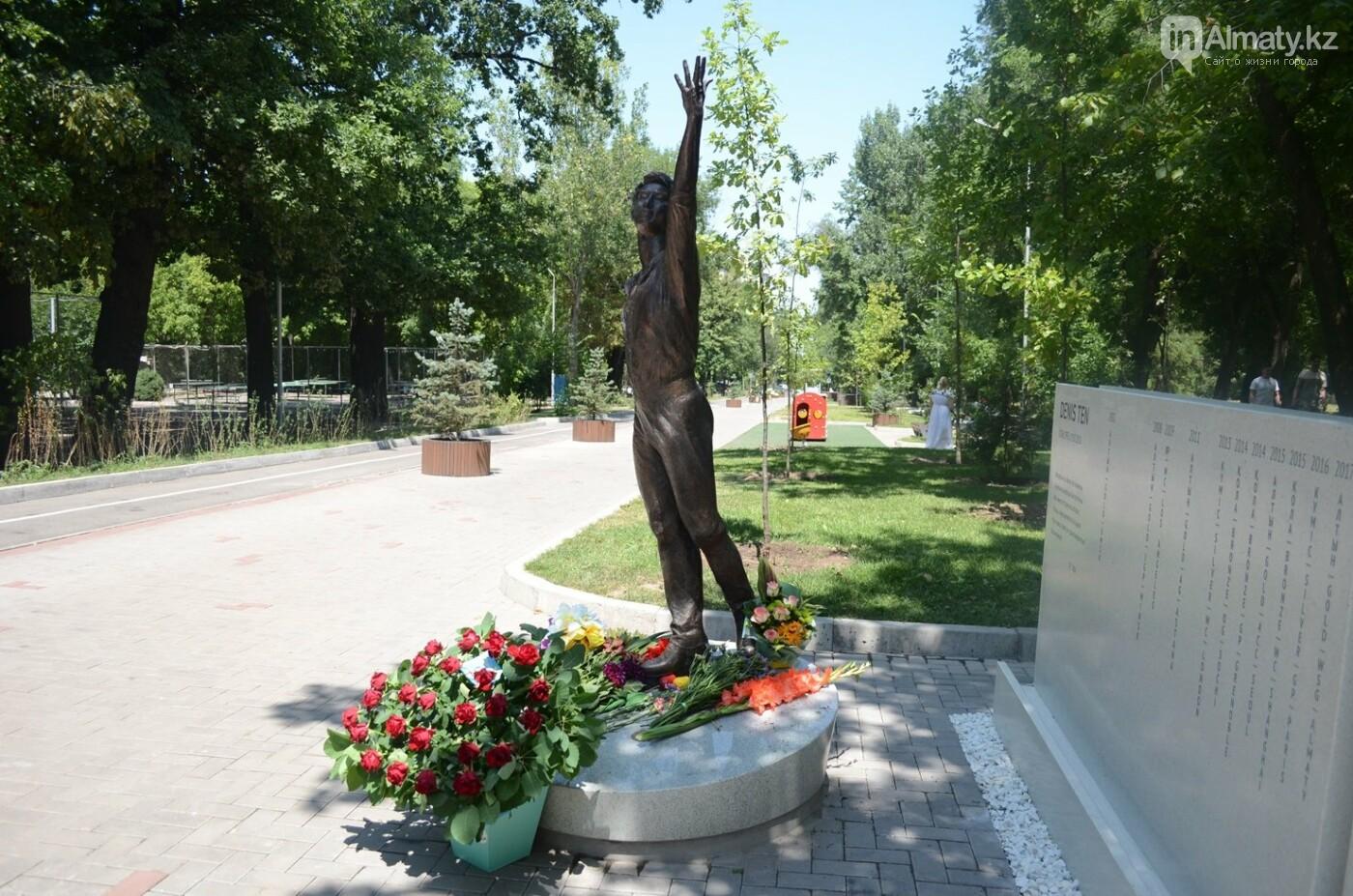 Алматинцы приносят цветы к памятнику Дениса Тена (фото), фото-5
