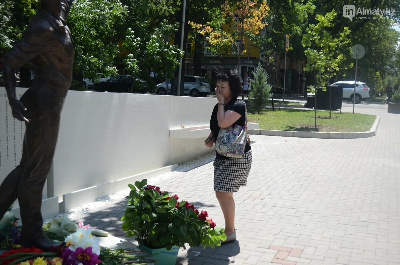 Алматинцы приносят цветы к памятнику Дениса Тена (фото), фото-4