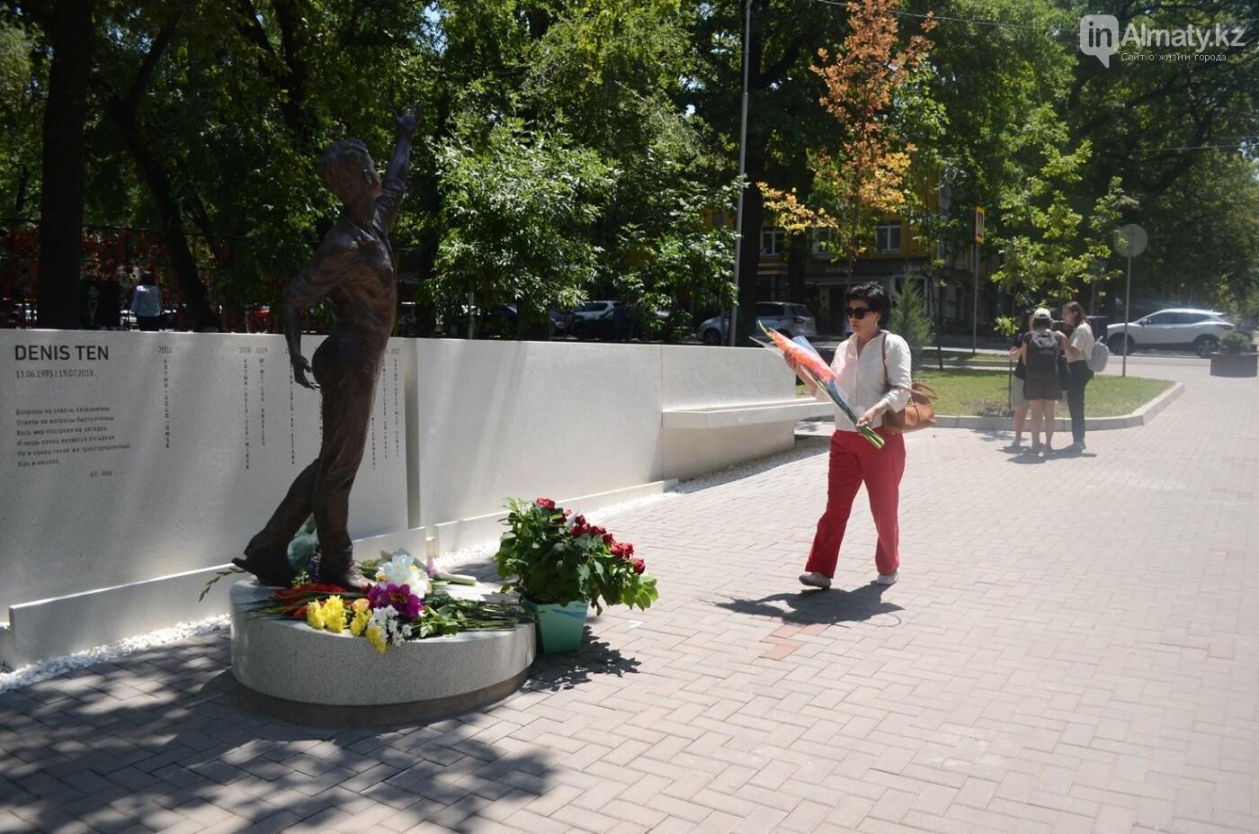 Алматинцы приносят цветы к памятнику Дениса Тена (фото), фото-3