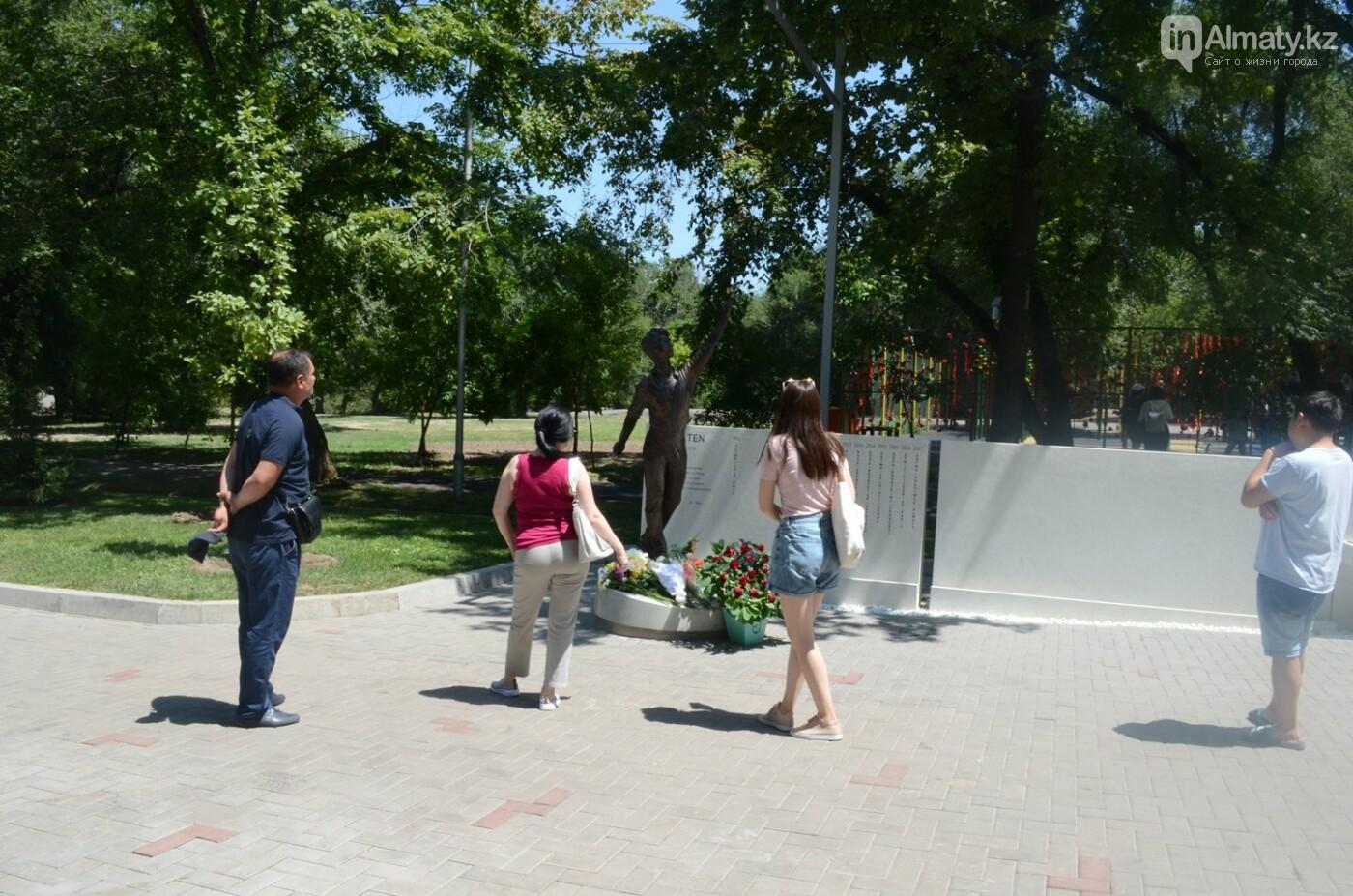 Алматинцы приносят цветы к памятнику Дениса Тена (фото), фото-2