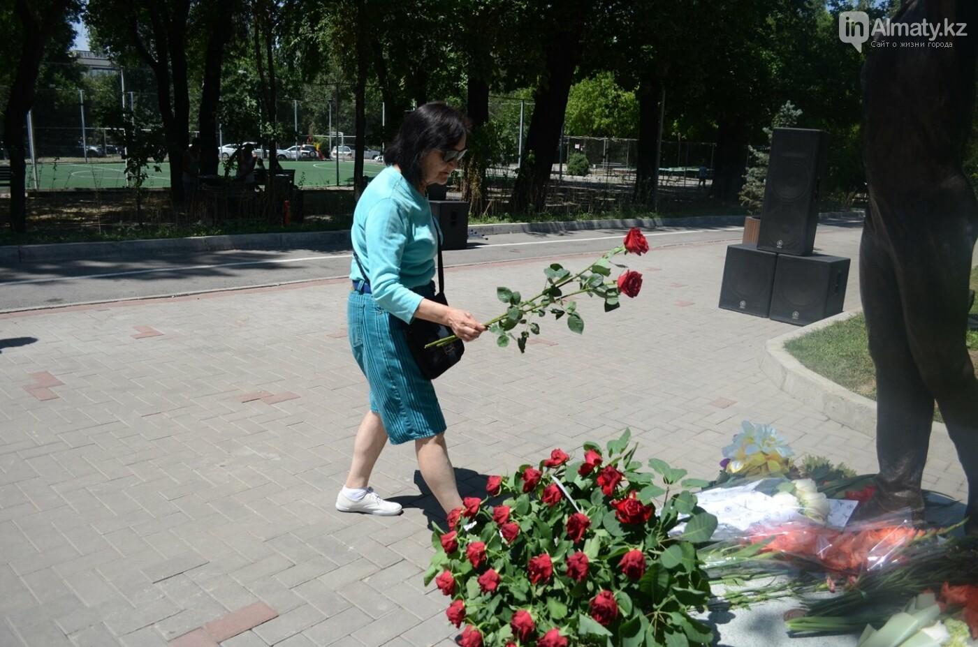 Алматинцы приносят цветы к памятнику Дениса Тена (фото), фото-1