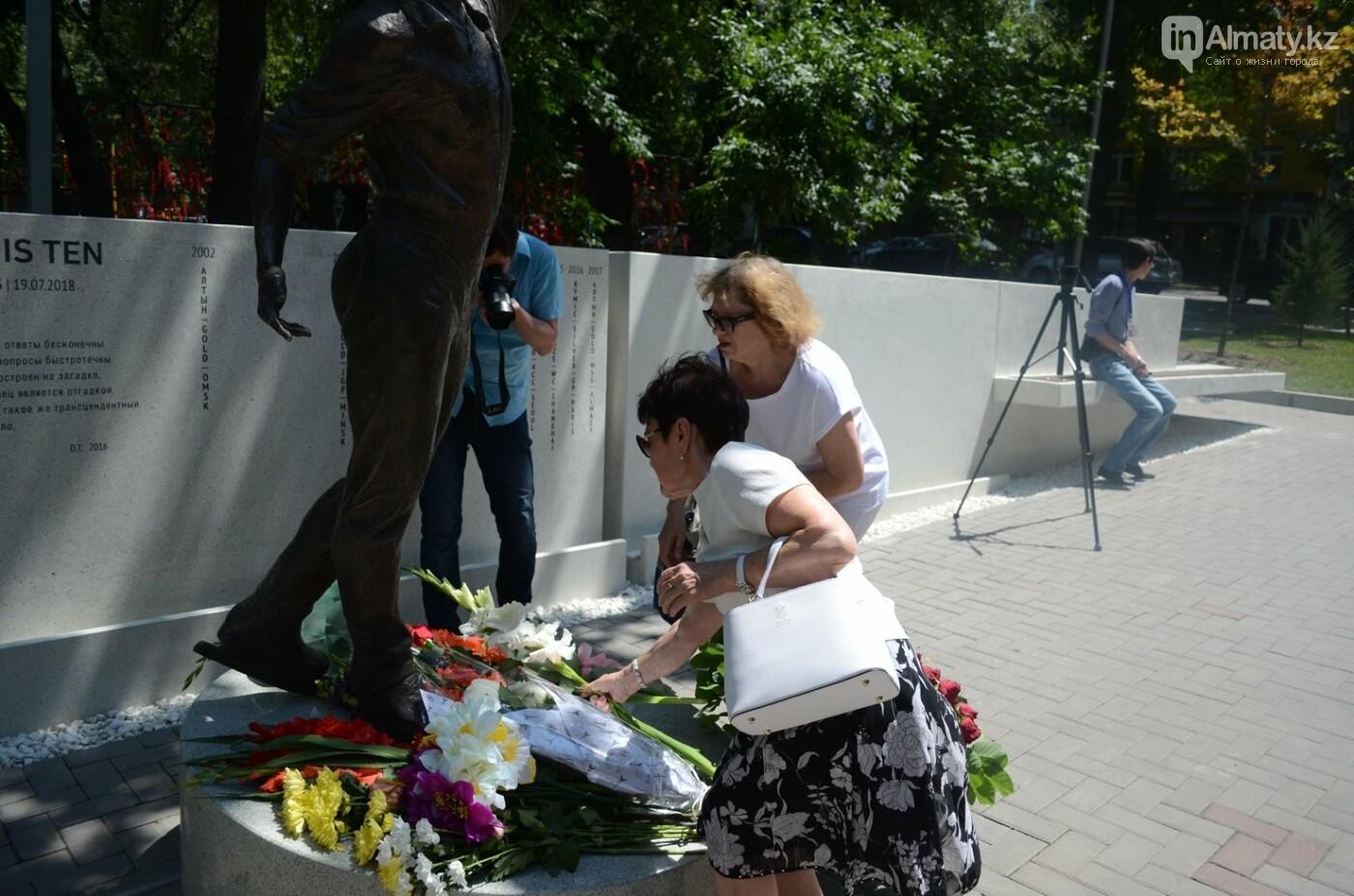 Алматинцы приносят цветы к памятнику Дениса Тена (фото), фото-6