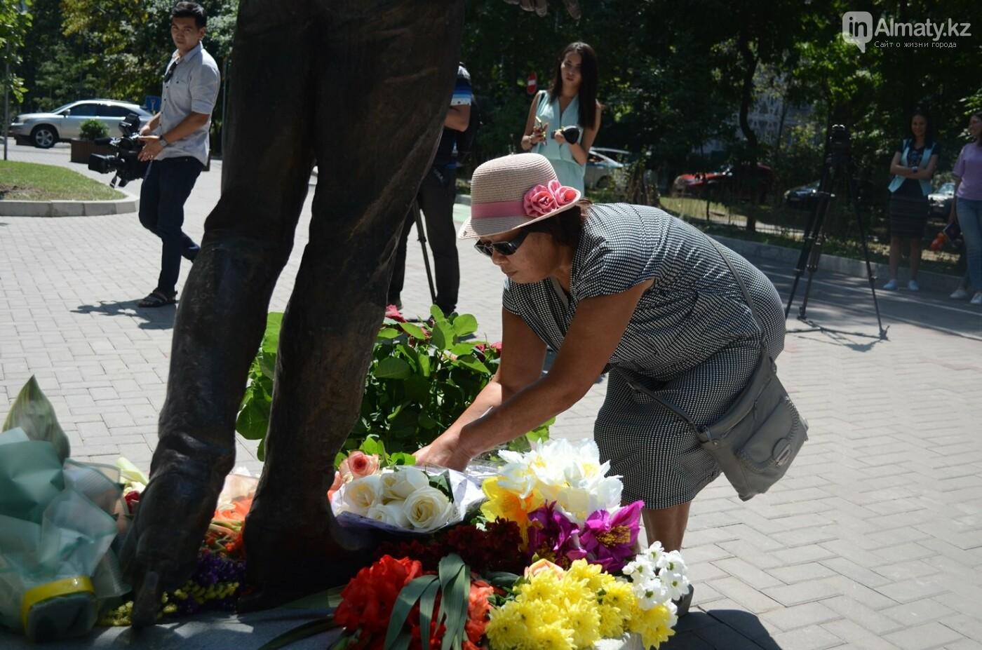 Алматинцы приносят цветы к памятнику Дениса Тена (фото), фото-7