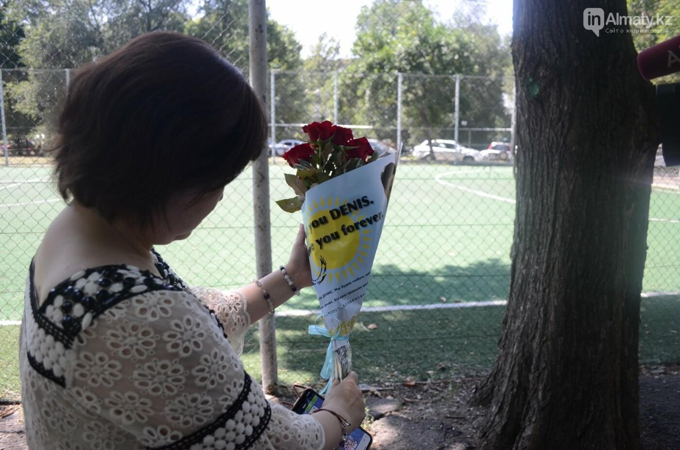 Алматинцы приносят цветы к памятнику Дениса Тена (фото), фото-8