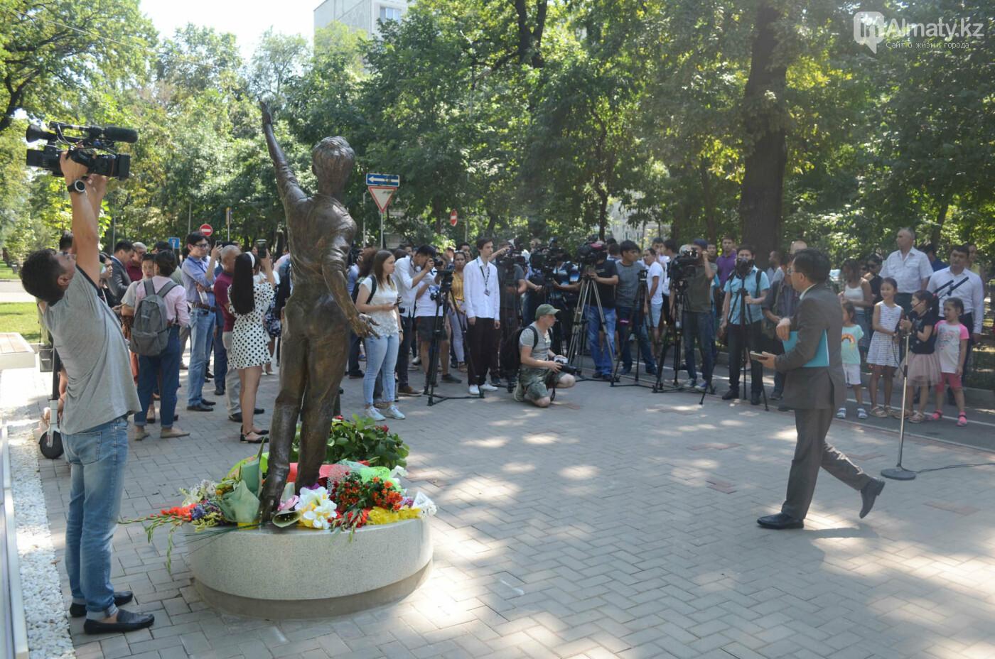 Родственники Дениса Тена и звезды фигурного катания почтили память фигуриста в Алматы, фото-11