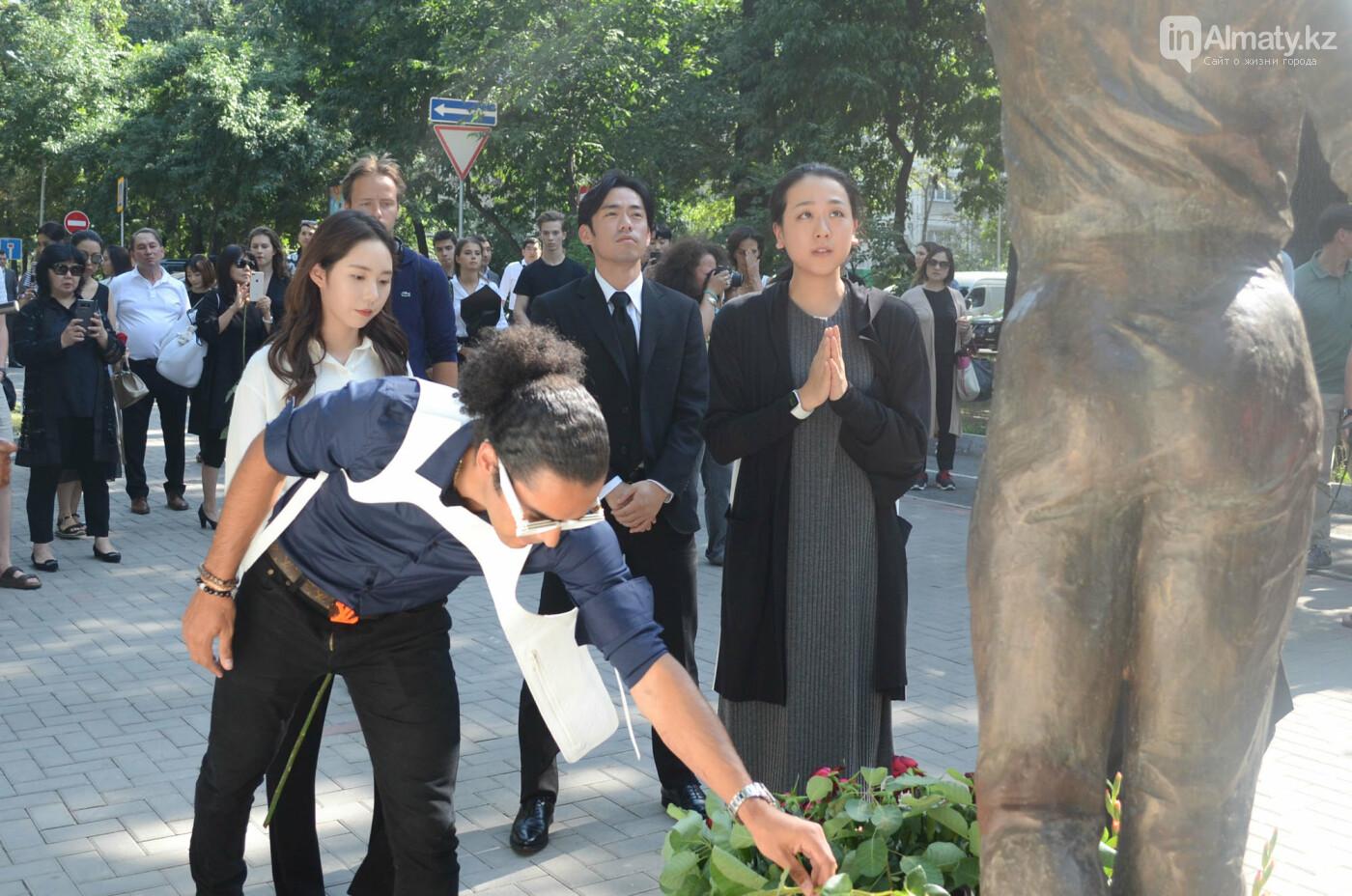 Родственники Дениса Тена и звезды фигурного катания почтили память фигуриста в Алматы, фото-6