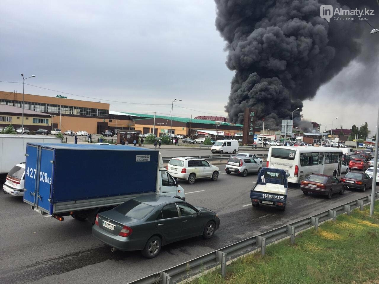 Склад горит на рынке в Алматы, фото-1