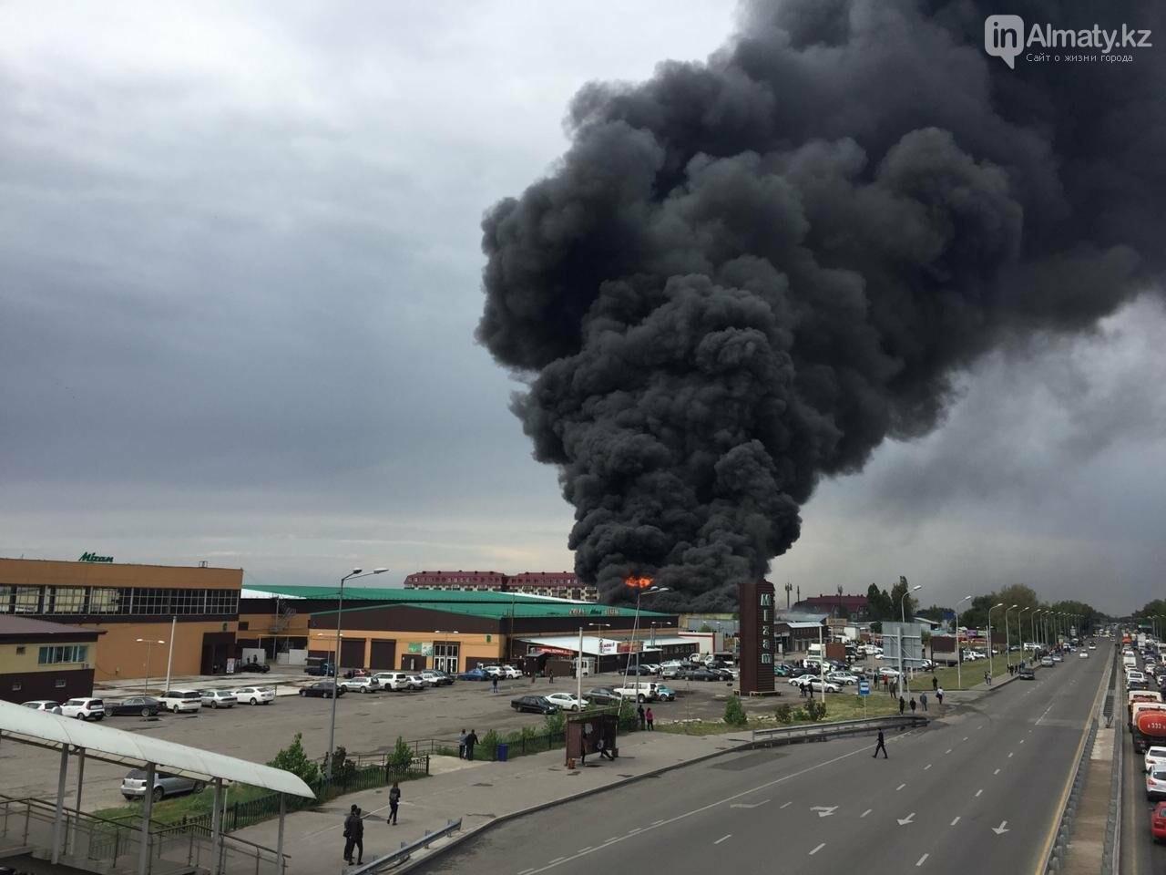 Склад горит на рынке в Алматы, фото-3