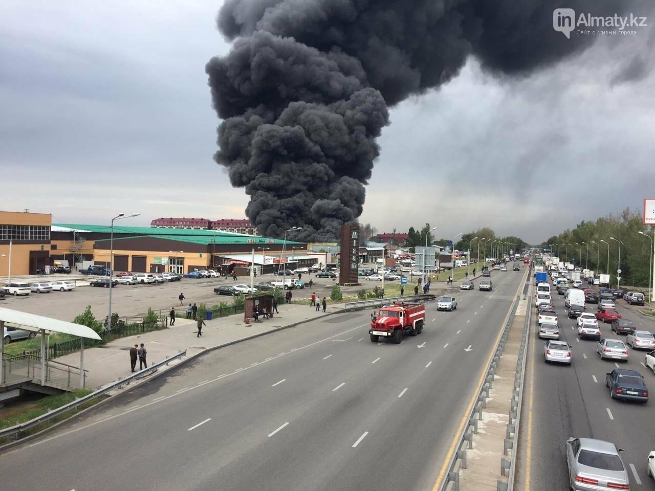Склад горит на рынке в Алматы, фото-4