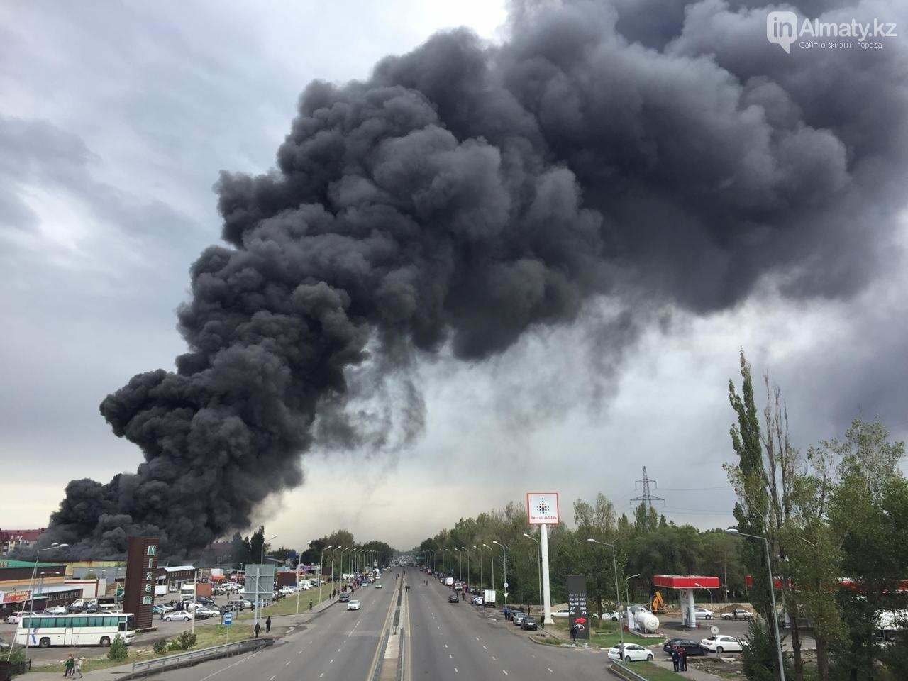 Склад горит на рынке в Алматы, фото-6