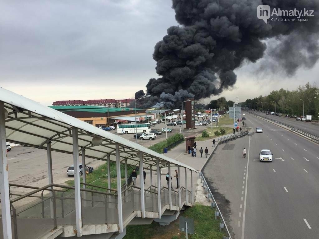 Склад горит на рынке в Алматы, фото-2