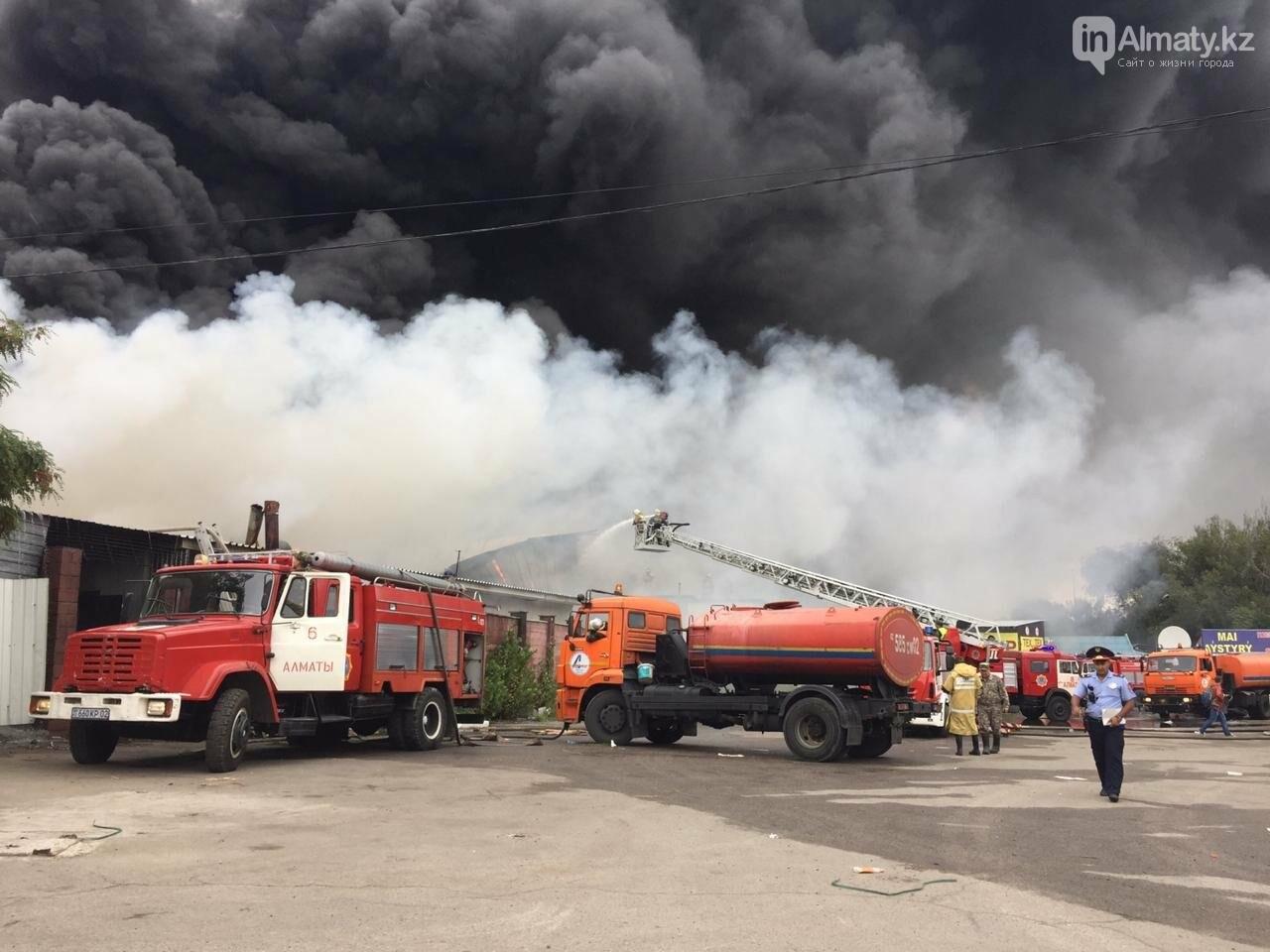 Пожар на складе рынка в Алматы: вертолеты направили на тушение, фото-1
