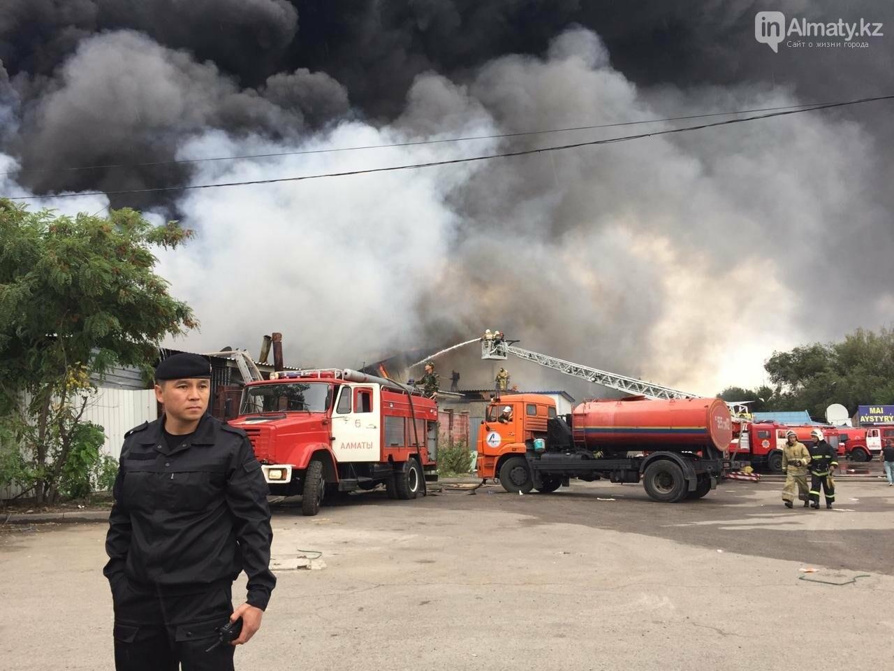 Пожар на складе рынка в Алматы: вертолеты направили на тушение, фото-2