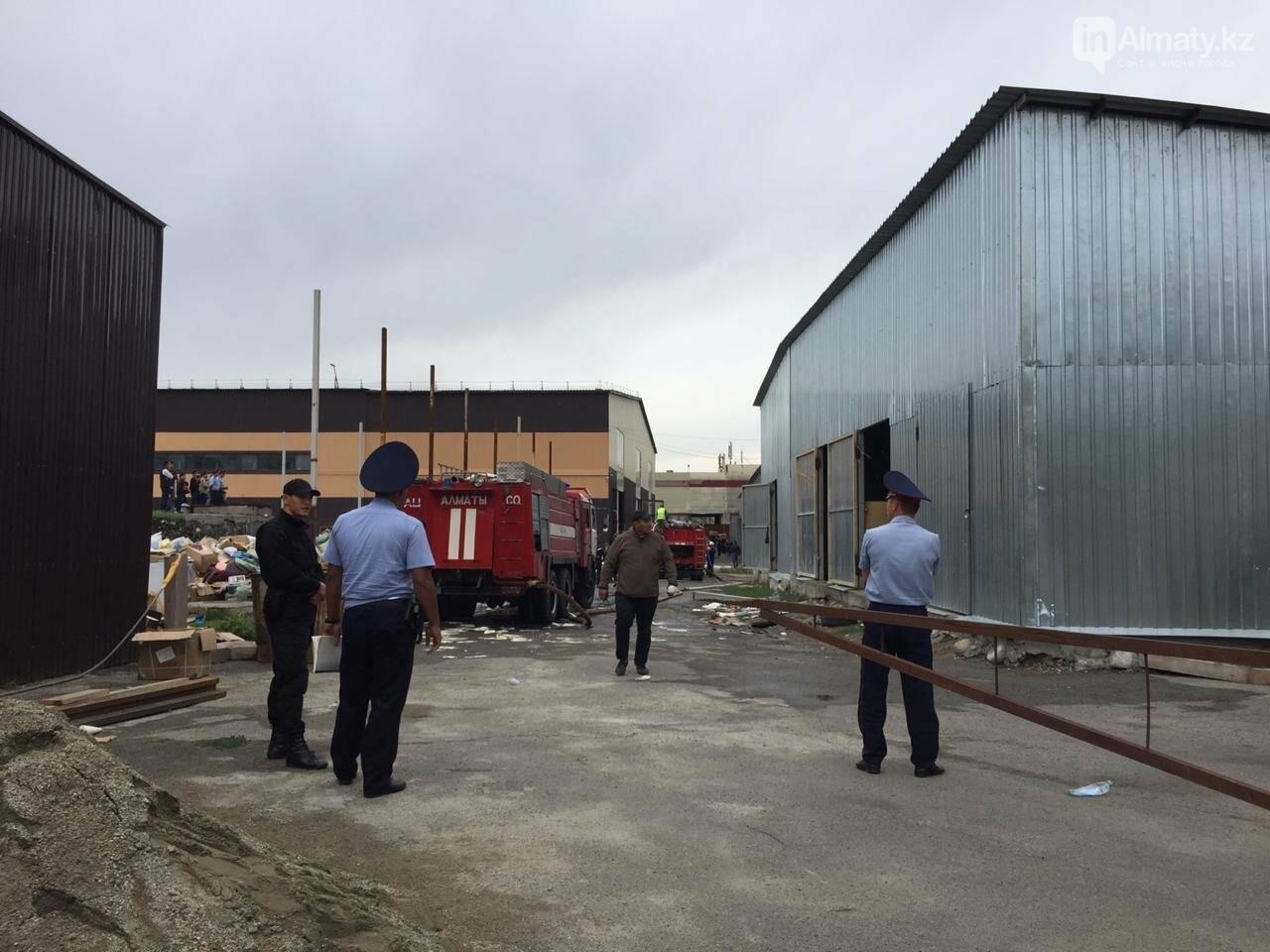 Пожар на складе рынка в Алматы: вертолеты направили на тушение, фото-3