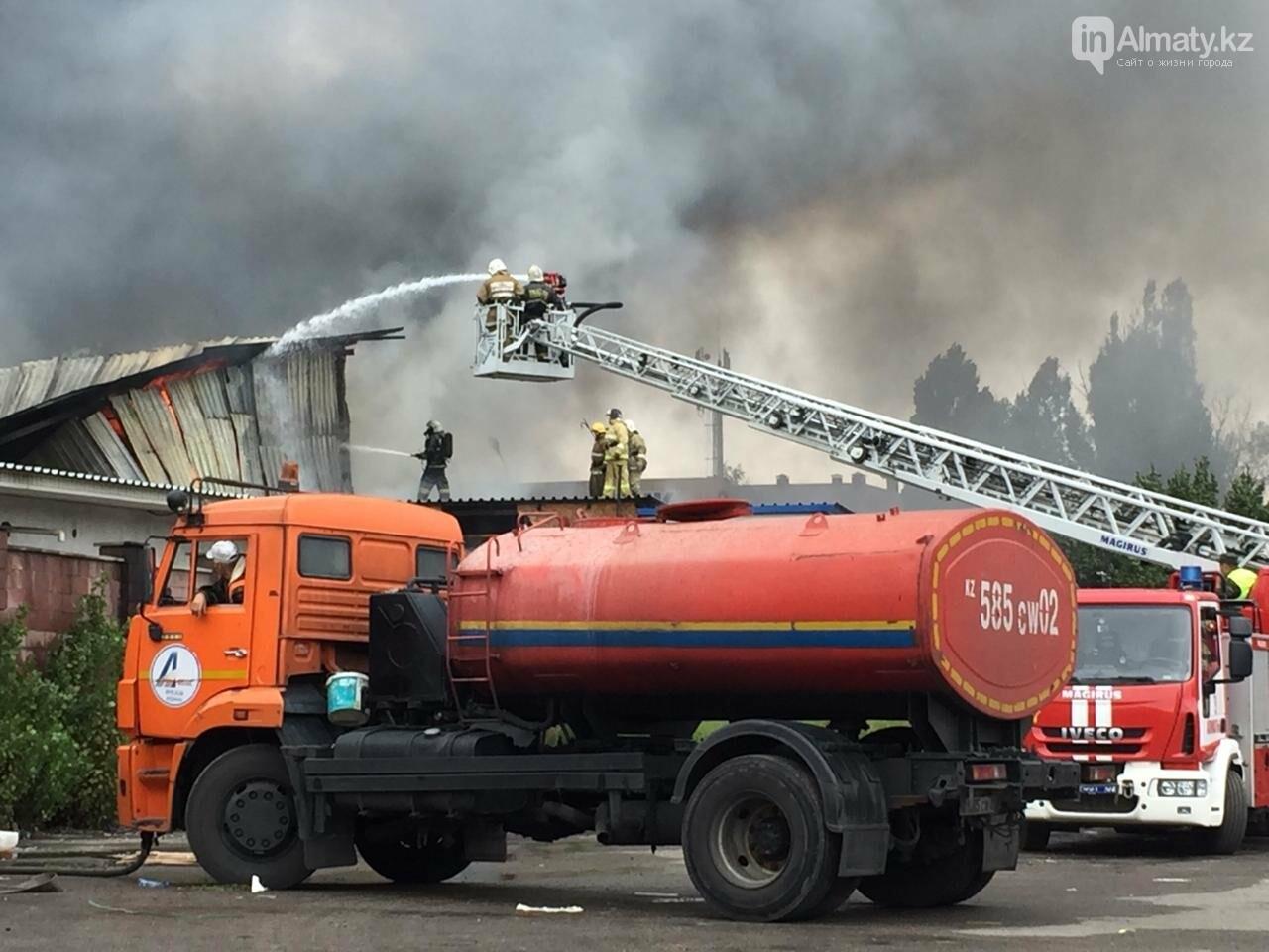 Пожар на складе рынка в Алматы: вертолеты направили на тушение, фото-4