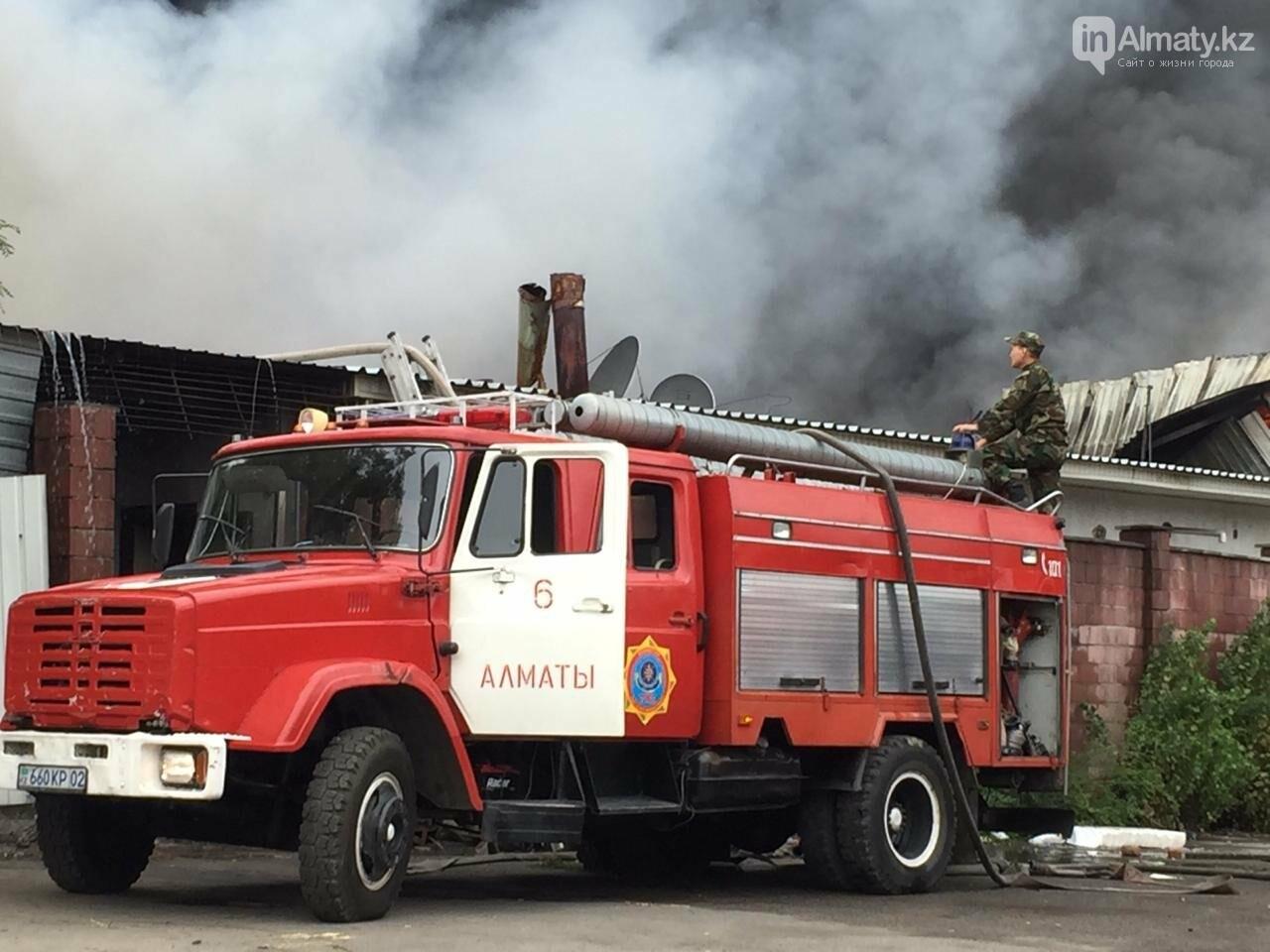 Пожар на складе рынка в Алматы: вертолеты направили на тушение, фото-5