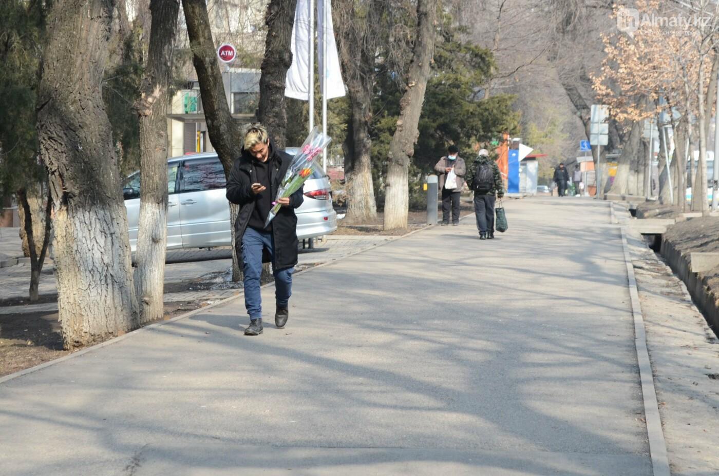 Как алматинцы поздравляли своих женщин с 8 марта. Фото, фото-3