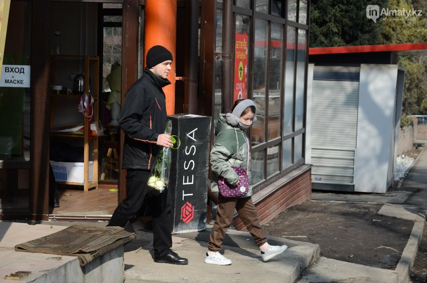 Как алматинцы поздравляли своих женщин с 8 марта. Фото, фото-2