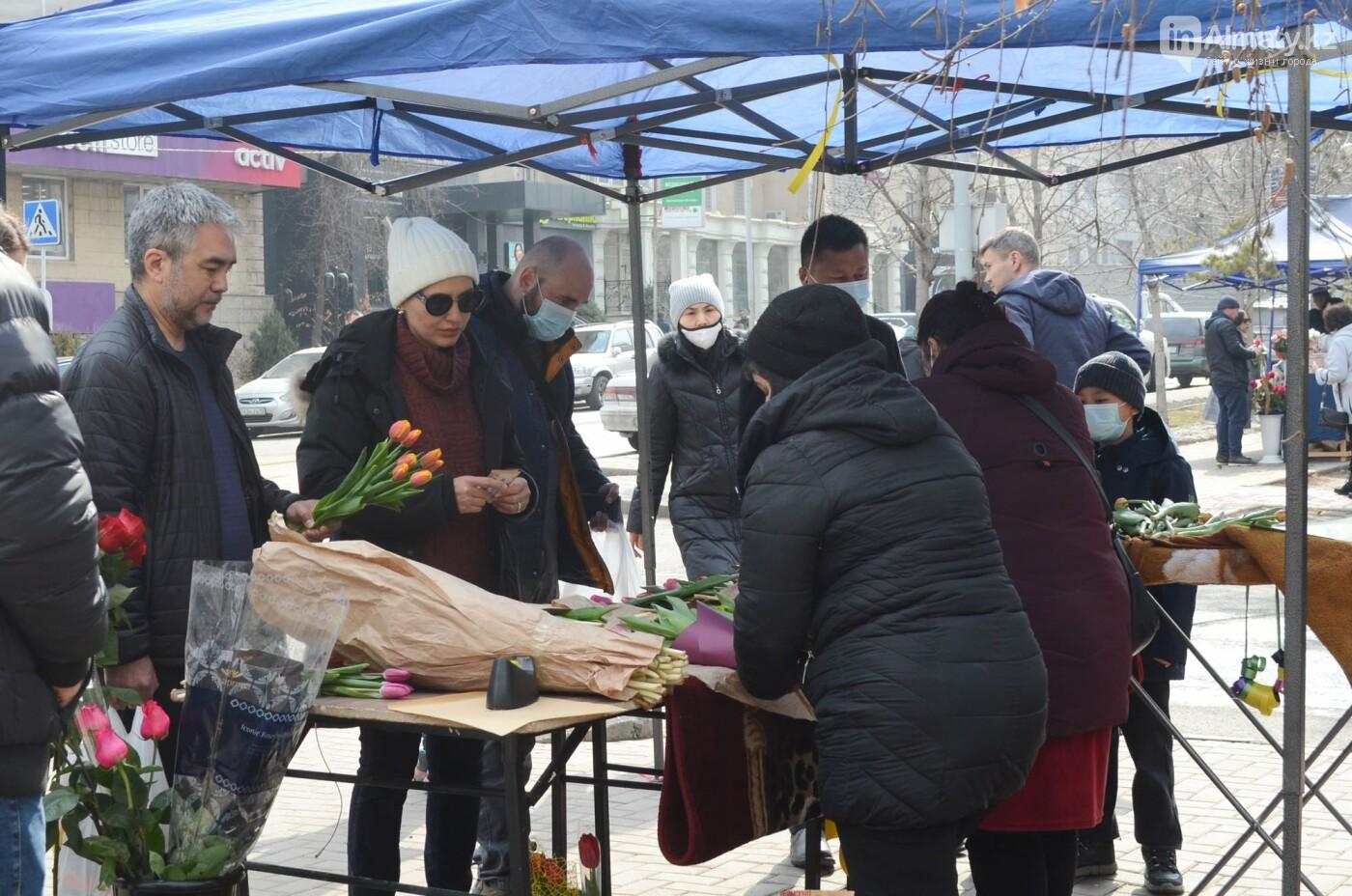 Как алматинцы поздравляли своих женщин с 8 марта. Фото, фото-13