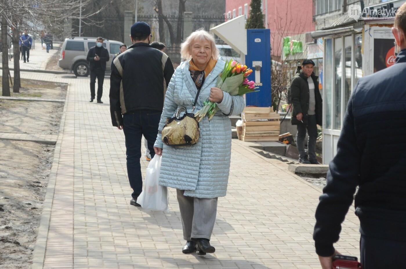Как алматинцы поздравляли своих женщин с 8 марта. Фото, фото-14