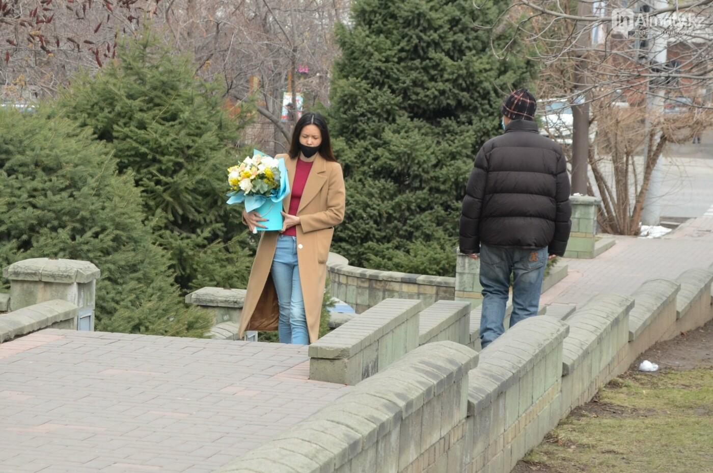 Как алматинцы поздравляли своих женщин с 8 марта. Фото, фото-18