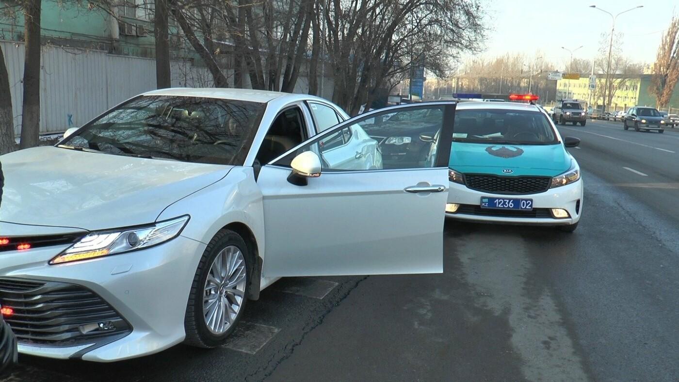 Очередное авто со стробоскопами водворили на штрафную стоянку в Алматы, фото-1