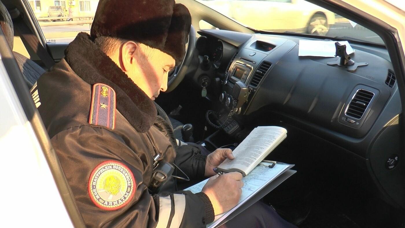 Очередное авто со стробоскопами водворили на штрафную стоянку в Алматы, фото-2