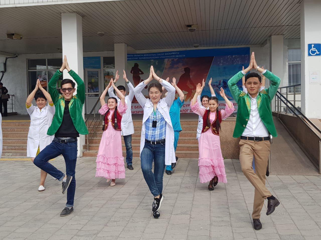 В больнице Енбекшиказахского района врачи провели флэш-моб, фото-1