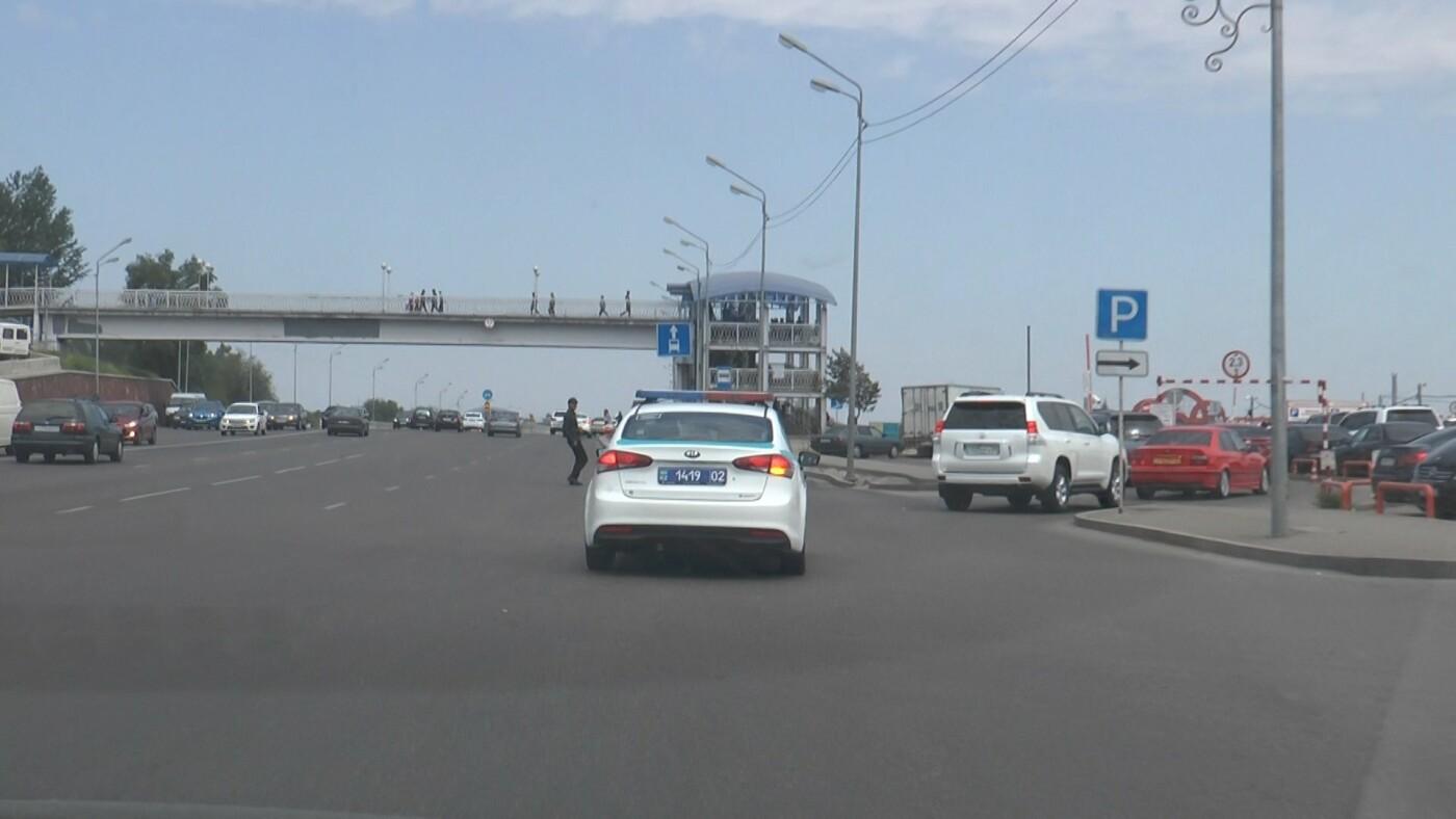 Алматинские полицейские занялись нарушающими правила пешеходами (ФОТО), фото-3