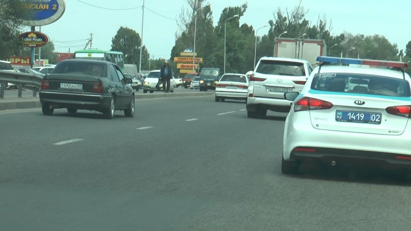 Алматинские полицейские занялись нарушающими правила пешеходами (ФОТО), фото-8