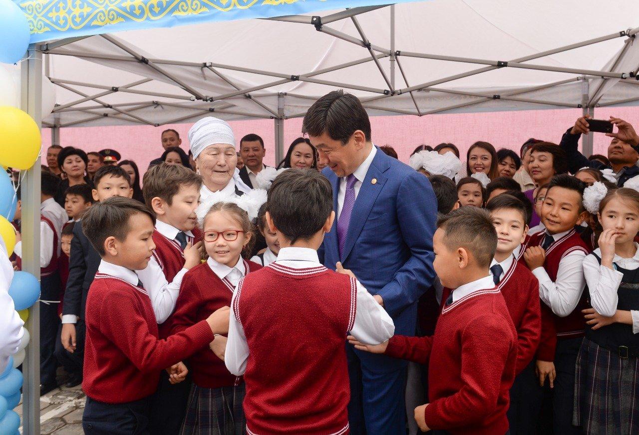 Последние звонки в Алматы: Байбек поздравил учеников школы на окраине города, фото-1