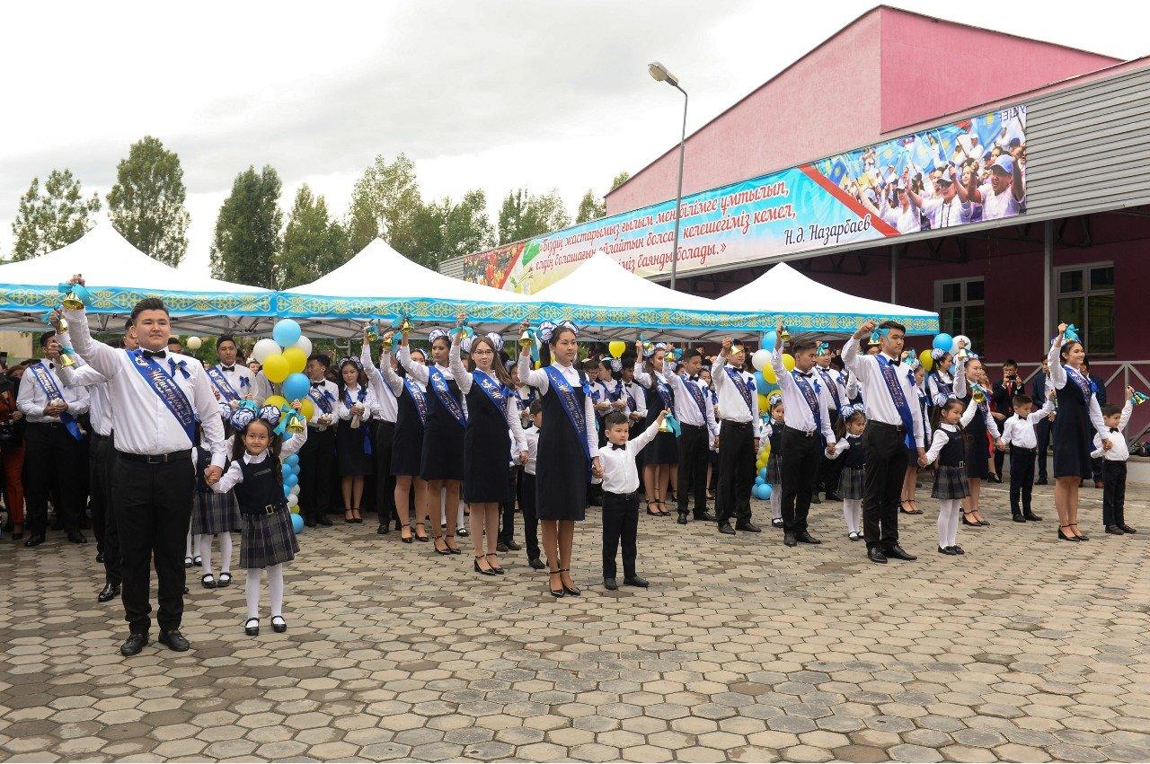 Последние звонки в Алматы: Байбек поздравил учеников школы на окраине города, фото-2