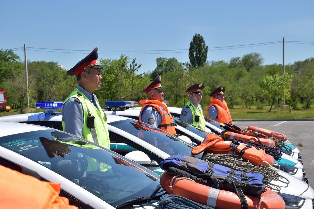 Полицейских Алматинской области облачили в спасательные жилеты и им вручили веревку (ФОТО), фото-1