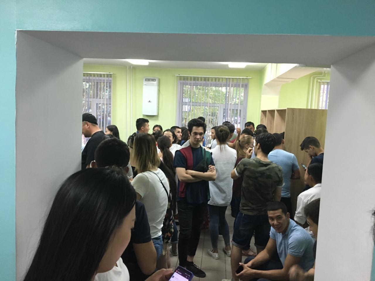 Алматинцы сдают кровь для пострадавшего в ДТП студента медвуза, фото-2